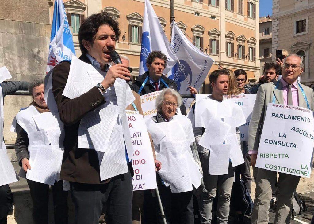 Eutanasia_140mila_firme_a_Montecitorio